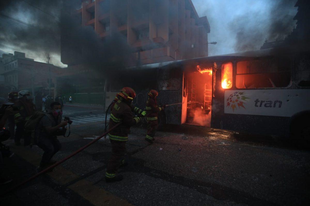 Encapuchados incendian unidad del transurbano durante manifestación del 28N
