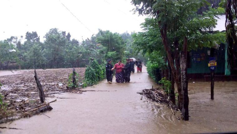 Las inundaciones y deslaves provocados por las lluvias de los últimos días traerá como consecuencia diversas enfermedades entre la población afectada. (Foto Prensa Libre: Hemeroteca PL)
