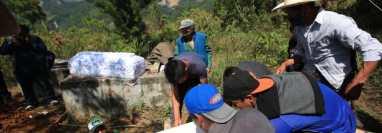 Inhumación de las víctimas del deslave en Quejá, San Cristóbal Verapaz, Alta Verapaz. (Foto Prensa Libre: Carlos Hernández).