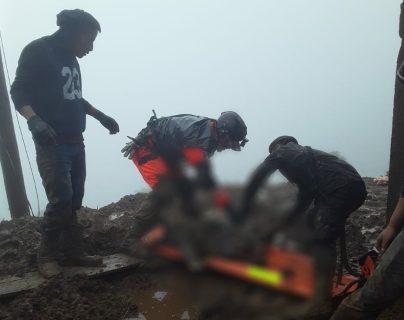 Soldados rescatan un cuerpo soterrado en Quiché. (Foto Prensa Libre: Ejército)