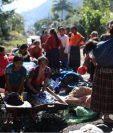 Afectados por Eta cocinan, lavan y tratan de sobrellevar la tragedia en los caminos de Santa Elena. (Foto Prensa Libre: Carlos Hernández)