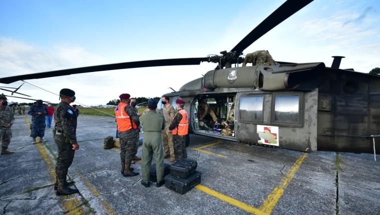 Los helicópteros llegaron a Guatemala este sábado. (Foto: Minex)