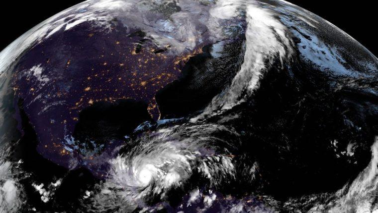 Fotografía satelital cedida por la Oficina Nacional de Administración Oceánica y Atmosférica (NOAA) por vía del Centro Nacional de Huracanes (NHC) donde se muestra la localización del huracán Eta a las 19.10 hora local. (Foto Prensa Libre: EFE)