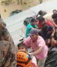 Personal del Ejército rescata a una familia en Izabal, que durmió en el techo de su casa inundada. (Foto Prensa Libre: Ejército de Guatemala)