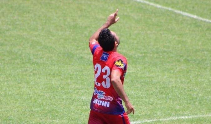 El mexicano Carlos Kamiani Félix anotó un triplete ante Sanarate y comparte el liderato de goleo del Torneo Apertura 2020 con Ramiro Rocca. (Foto: Twitter TercerTiempoGT)