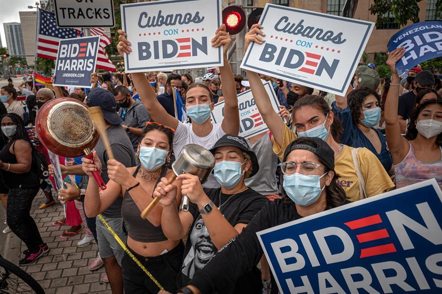 Los carteles, las banderas, la música y los latinos que celebran en la Torre de la Libertad de Miami la victoria de Joe Biden