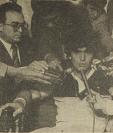 Diego Maradona, asediado por los periodistas guatemaltecos. Todos querían lograr hacer una pregunta al ídolo del futbol mundial. Él luce como si estuviera en el banquillo de los acusados. Foto: Hemeroteca PL (28/01/1982)