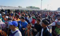 AME3030. CIUDAD HIDALGO (MÉXICO), 18/01/2020.- Migrantes hondureños esperan ser atendidos por autoridades del Instituto Nacional de Migración de México este sábado, luego de arribar al paso fronterizo con Guatemala de la Ciudad Hidalgo, sobre el río Suchiate, en el estado Chiapas (México). Los hondureños, miembros de una nueva caravana migrante que partió de su país a primera hora del pasado miércoles con destino a Estados Unidos, entraron masivamente a Guatemala el pasado jueves por la mañana y durante las últimas horas se encaminaron a México, país al que pretenden ingresar por las fronteras de El Ceibo (al norte de Guatemala) y Tecún Umán, ciudad guatemalteca vecina a la mexicana Ciudad Hidalgo. EFE/ Juan Manuel Blanco
