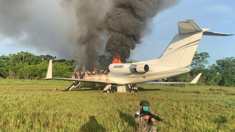 Aeronave localizada en El Chal, el 25 de julio, es resguardada por el ejército de Guatemala. Foto: Hemeroteca PL