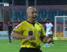 Un árbitro en Brasil se encargó de recolectar los dientes de un jugador que los perdió durante una acción de juego. (Foto Prensa Libre: Captura de pantalla)