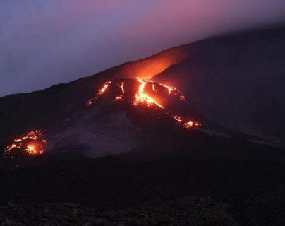 Actividad de la fisura recién formada en el volcán de Pacaya. Foto Prensa Libre: Érick Ávila