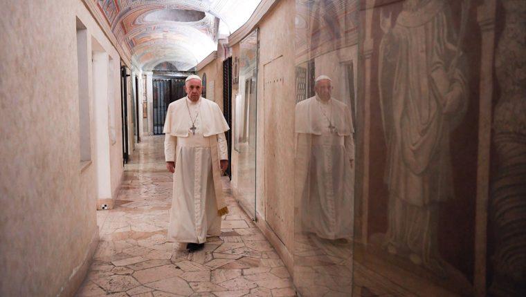 El papa clama por las víctimas de la pandemia del coronavirus. (Foto Prensa Libre: EFE)