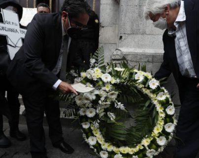 El procurador de los Derechos Humanos, coloca una corona fúnebre frente al Congreso. (Foto Prensa Libre: Esbin García)