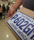 Las placas de metal se adquirieron en un proceso del 2004. En el 2018  se agotaron y la SAT empezó a dar distintivos temporales. (Foto, Prensa Libre: Hemeroteca PL).