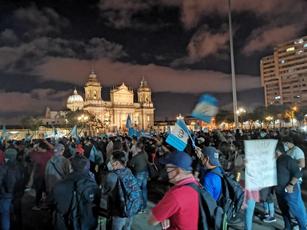 Miles de guatemaltecos protestan en la Plaza de la Constitución contra el Gobierno y piden la renuncia de Giammattei