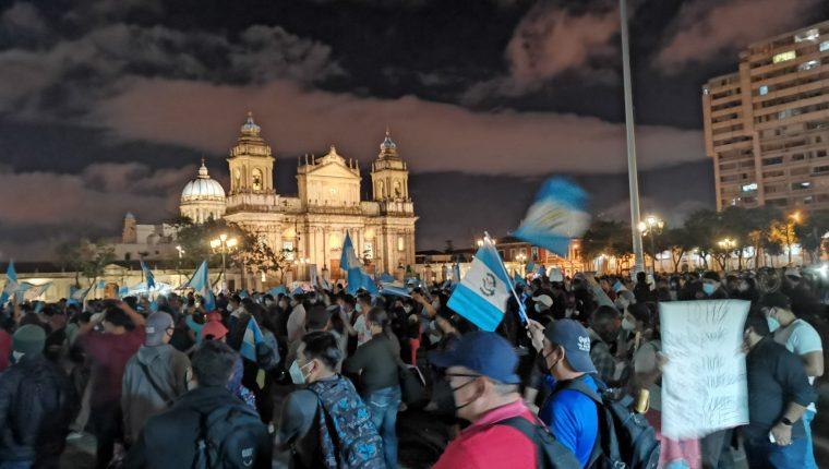 Así luce la Plaza a las 18:20 horas de este sábado 28 de noviembre. (Foto Prensa Libre: Felipe Garrán)