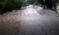 La carretera entre Río Dulce y El Estor está cortada por inundaciones.