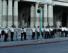 La Policía Nacional Civil resguarda el perímetro del Palacio Nacional por las manifestaciones de este sábado 28 de noviembre. (Foto Prensa Libre: Esbin García)