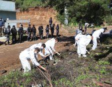 Reos de la cárcel de Pavón trabajan en la construcción de un camino bajo supervisión del Sistema Penitenciario. (Foto Prensa Libre: Érick Ávila)