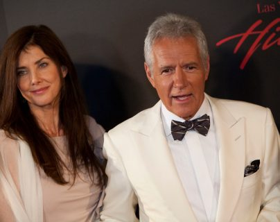 El  presentador del programa estadounidesne Jeopardy Game,  Alex Trebek, murió a los 80 años.  en la foto está junto a su esposa Jean Trebek. (Foto Prensa Libre: Adrián Sánchez,/AFP).
