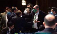 Diputados se interponen para evitar que Edgar Reyes Lee se acerque a Mario Taracena.