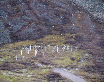 Cementerio de Longbyearbyen (islas Svalbard, Noruega) donde yace un grupo de mineros víctimas de la epidemia de gripe de 1918. Shutterstock / bmszealand