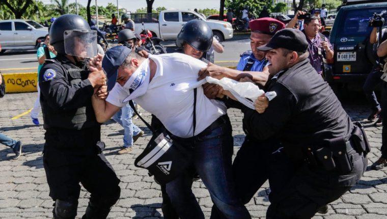 La represión y la falta de libertad de expresión deterioran la democracia, advierte informe. (Foto: AFP)
