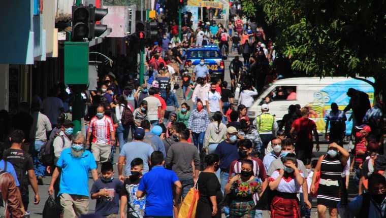 Los contagios muestran un tendencia a la alza, aunque ello se puede explicar por el aumento de pruebas. (Foto Prensa Libre: Hemeroteca PL)