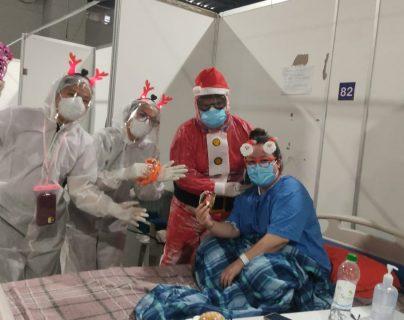 Con música, escenografías y la presencia de Santa Claus, el personal de Salud del Hospital Temporal del Parque de la Industria le celebró la navidad a los pacientes de coronavirus. (Foto Prensa Libre: Cortesía)
