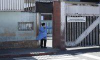 Una trabajadora del Hospital General San Juan de Dios  realiza una llamada en su turno navideño. Fotografía: Prensa Libre (Esbin García).