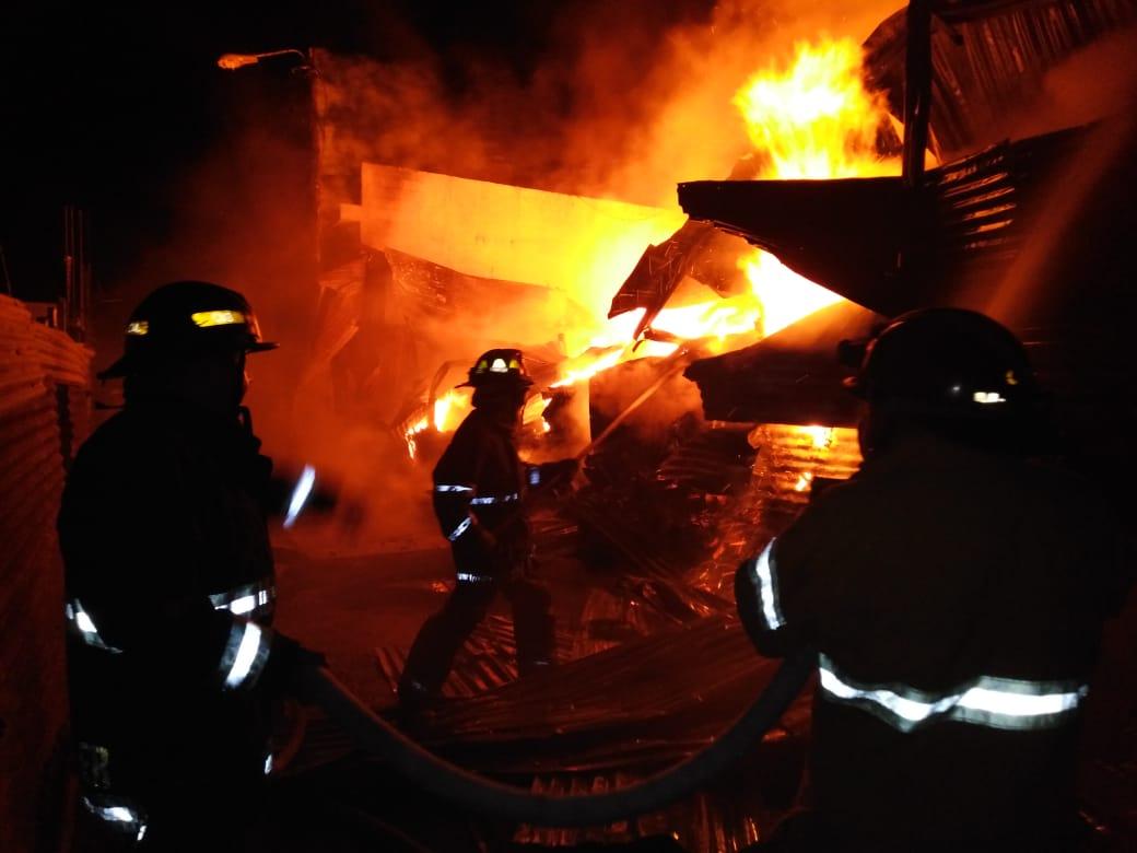 Impresionantes imágenes: fuego consume recicladora en zona 2 de Villa Nueva