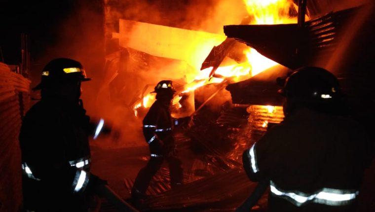 Los bomberos luchan contra las llamas en Villa Nueva. (Foto: Bomberos Voluntarios)