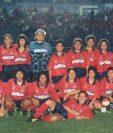 Equipo femenino de Municipal de la década de 1990. La foto la colgó el club en sus redes sociales en julio pasado. Foto Prensa Libre: Nixon García / Club Municipal