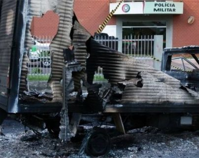 Las bandas criminales prenden fuego a vehículos como una estrategia para cerrar las calles.