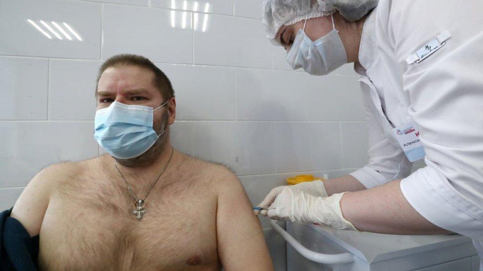 Sputnik V: la arriesgada carrera de obstáculos de Rusia por convertirse en el primer país en vacunar masivamente a sus ciudadanos