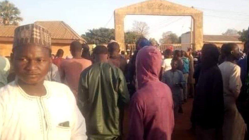 Nigeria: más de 300 estudiantes desaparecidos tras un ataque armado a una escuela