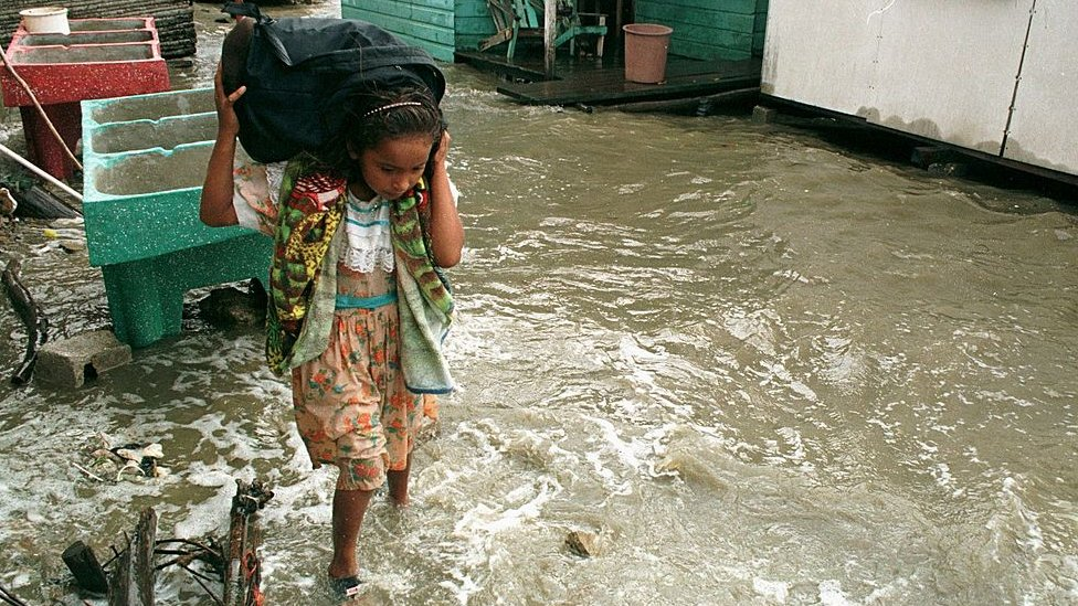 Los abusos sexuales a los que están expuestas miles de niñas y adolescentes en albergues de Centroamérica por a los huracanes Iota y Eta