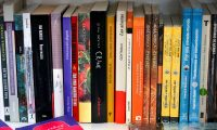 """AME2307. QUITO (ECUADOR), 01/12/2020.- Fotografía de libros, en la libreria Tres Gatos hoy, en Quito (Ecuador). Al presentar la Feria Quito virtual 2020, la ministra de Cultura y Patrimonio, Angélica Arias, recordó que """"en los momentos más oscuros de la pandemia, cuando no encontrábamos esa luz al final del túnel, justamente fueron un libro, el arte, la cultura, los que nos lograron sacar adelante"""". Por ello consideró que """"es el momento de devolverle esta ayuda a la cultura, al arte"""" participando en la FIL, en la que habrá alrededor de 160 ponentes en mesas redondas, congresos y presentaciones de libros, entre otras actividades. EFE/ José Jácome"""