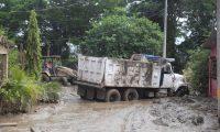 AME3826. LA LIMA (HONDURAS), 07/12/2020.- Fotografía cedida por Casa Presidencial de Honduras que muestra un motorista empleado público mientras trabaja en la limpieza de calles el 5 de diciembre de 2020, en la ciudad de La Lima (Honduras). Un total de 94.592 personas continúan en albergues a causa de las inundaciones que dejaron las tormentas tropicales Iota y Eta en Honduras, mientras que otros siguen en medianas de bulevares de autopistas bajo improvisadas tiendas de campaña levantadas con palos y plásticos. EFE/Casa Presidencial de Honduras /SOLO USO EDITORIAL /NO VENTAS