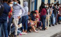 AME3903. TEGUCIGALPA (HONDURAS), 08/12/2020.- Decenas de jóvenes hondureños hacen fila para entregar papeles en una empresa privada y optar a un empleo en Tegucigalpa el 8 de diciembre de 2020. El pago del decimotercer mes de salario, conocido en Honduras como aguinaldo, muchos lo destinarán para atender necesidades urgentes derivadas de la pandemia de covid-19 y las tormentas tropicales Iota y Eta, o pagar deudas acumuladas durante la emergencia sanitaria que vive el país desde marzo. EFE/Gustavo Amador
