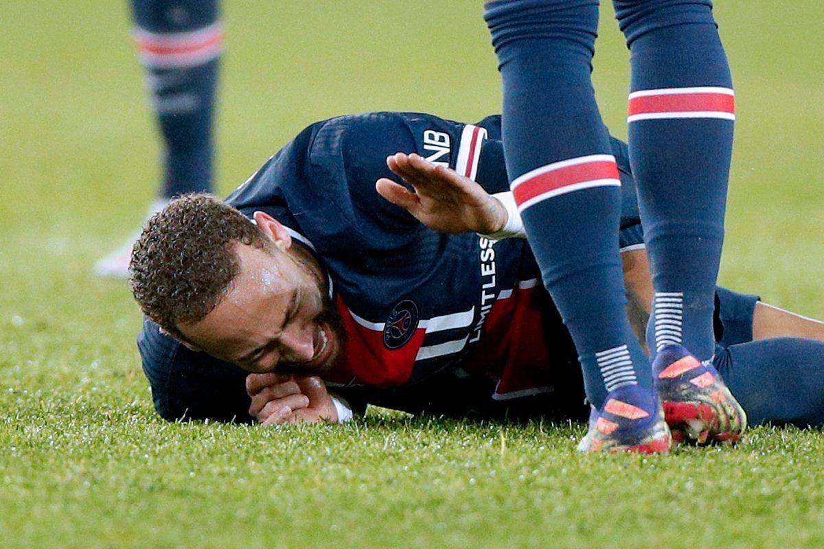 Video: Brutal entrada sobre Neymar lo obliga a salir entre lágrimas en una camilla
