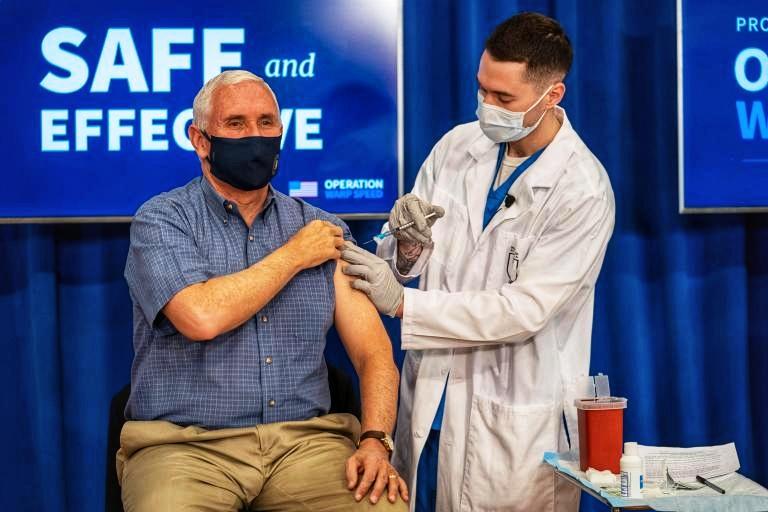 Mike Pence se pone en público la vacuna contra el covid-19 para generar confianza