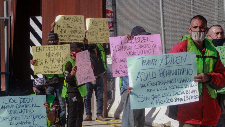 Grupos de migrantes varados en la frontera mexicana manifiestan frente al acceso vehicular de la Garita Internacional de San Ysidro, California, donde comenzó el registro de solicitantes de asilo. (Foto Prensa Libre: EFE)