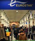 Viajeros en la estación de tren Kings Cross St. Pancras hacen cola para abordar trenes a París en Londres. Foto Prensa Libre: EFE.