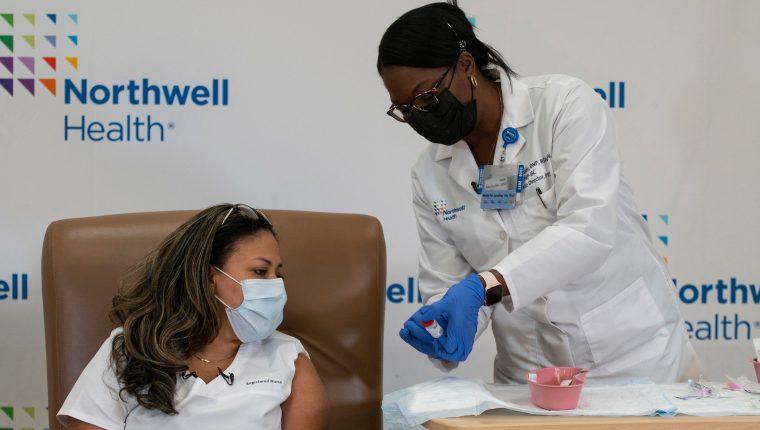 Los casos de coronavirus continúan al alza en Estados Unidos luego de unos días de empezar una campaña para vacunar a la población. (Foto Prensa Libre: EFE)