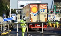 London (United Kingdom), 24/12/2020.- Freight trucks and other vehicles make their way through the Port of Dover in Dover, Britain, 24 December 2020. Dover Port has reopened its border after France closed its border with Britain for 48 hours over concerns about the new coronavirus variant. Lorry drivers must now obtain negative coronavirus tests before they will be allowed to cross by sea and the Port of Dover remains closed to outbound traffic on the morning of 23 December 2020. (Abierto, Francia, Reino Unido) EFE/EPA/ANDY RAIN