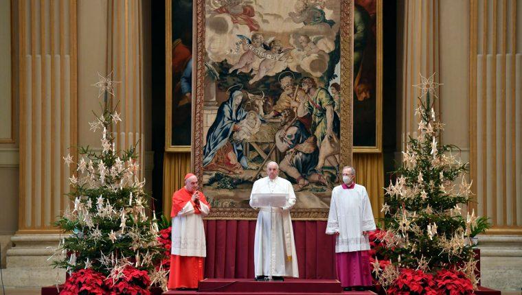 El papa Francisco se refirió a la niñez y al coronavirus en su mensaje de Navidad. (Foto Prensa Libre: EFE)