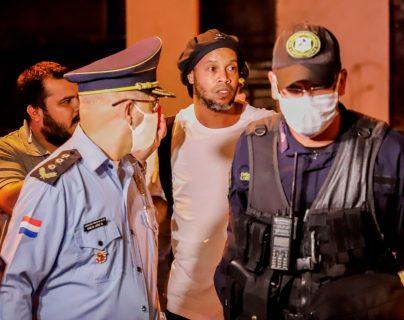 El 2020 llevó a la cárcel a Ronaldinho, pero también lo llenó de millones gracias a sus negocios. (Foto Prensa Libre: EFE)