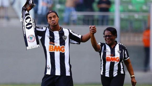 Ronaldinho pide oraciones por su madre que está hospitalizada por covid-19 en Porto Alegre