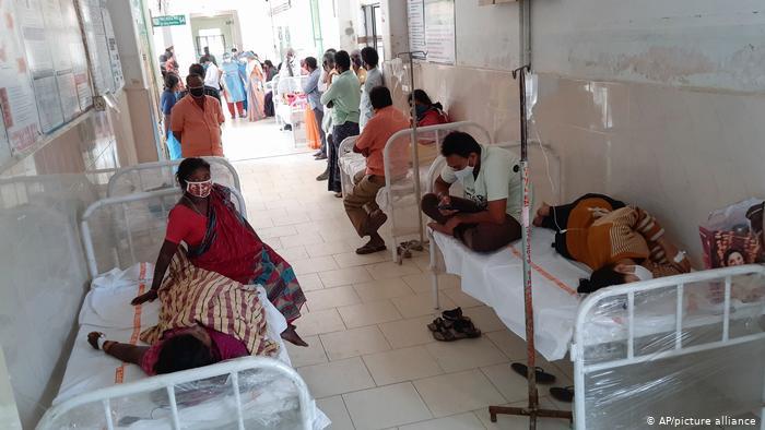 El hospital de Eluru en el estado de Andhra Pradesh, abarrotado de pacientes (AP/picture alliance)